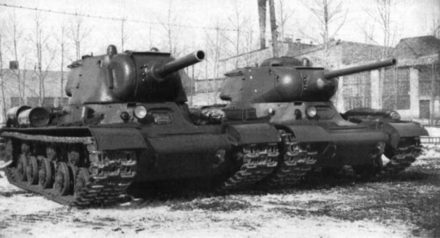 Средний танк КВ-13 справа и тяжелый ИС-1 слева.