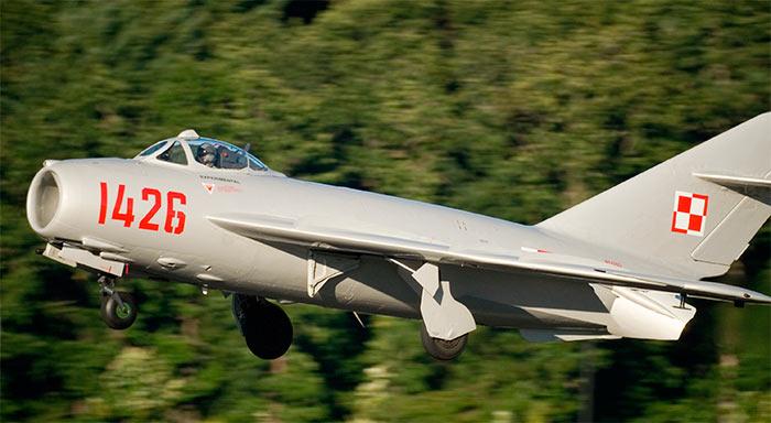 Истребитель МиГ-17 на взлете
