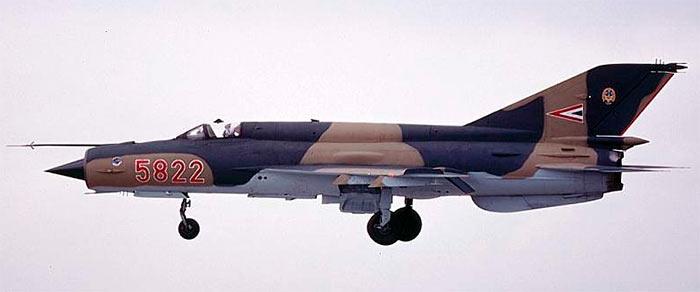 Истребитель МиГ-21 заходит на посадку