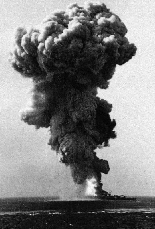 Момент взрыва линкора «Рома» от попадания бомбы FX1400.