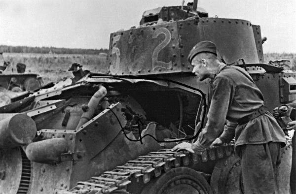 Прямое попадание реактивного снаряда РОФС-132 в легкий танк Pz. 38 (t)