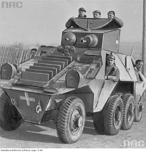 Бронеавтомобиль ADGZ, вид спереди, бронежалюзи радиатора подняты