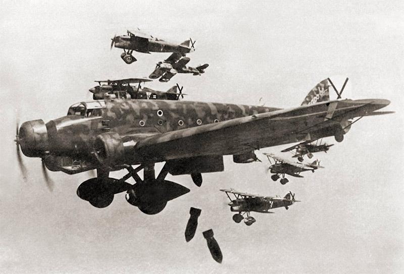 Бомбардировщик SM.81 с эскортом из истребителей CR.32
