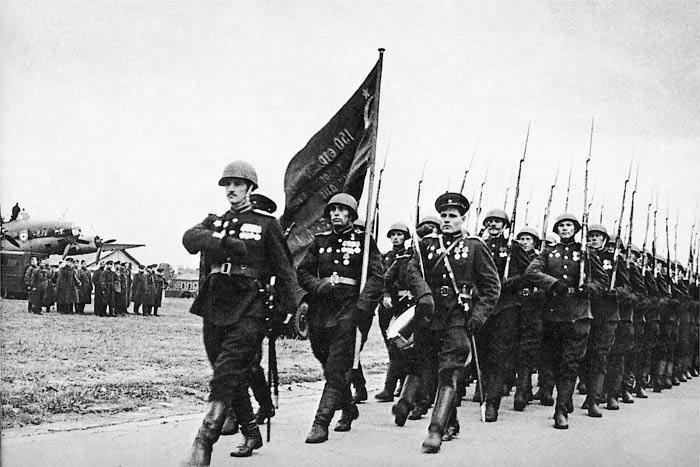 20 июня 1945 года. Знамена Победы торжественно доставили из Берлина в Москву
