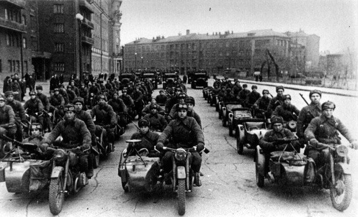 Колонны мотоциклистов на ноябрьском параде в Москве в 1941.