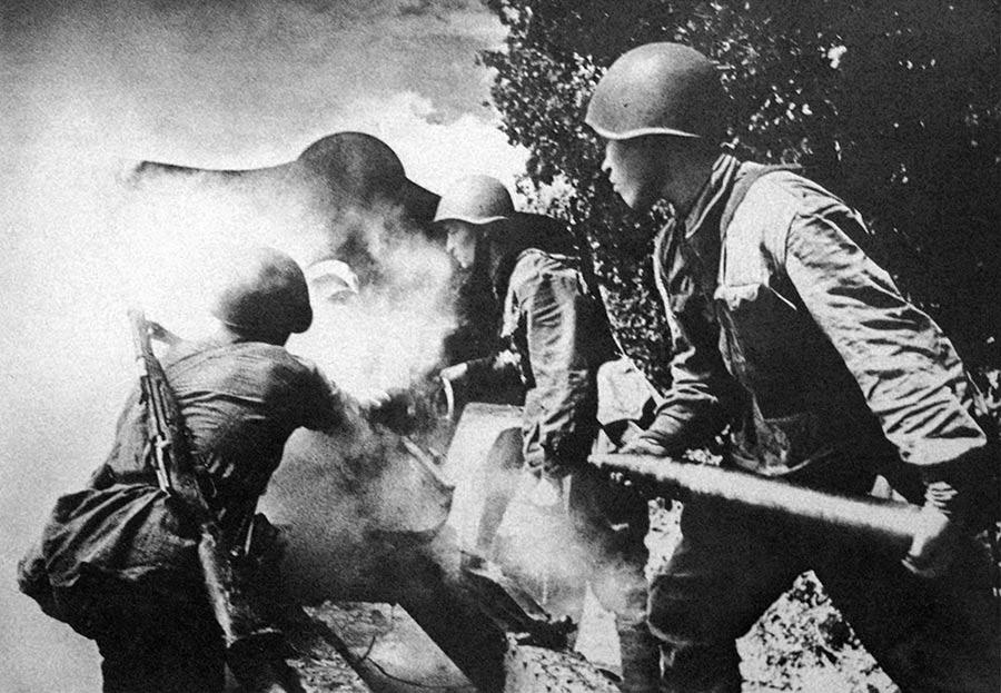 Расчет 76-мм пушки ведет огонь по врагу, 1942 г., фотограф Иван Шагин