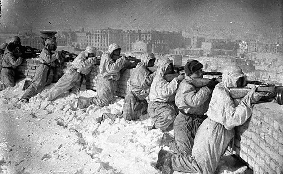 Советские автоматчики на крыше дома в Сталинграде. Январь 1943г.