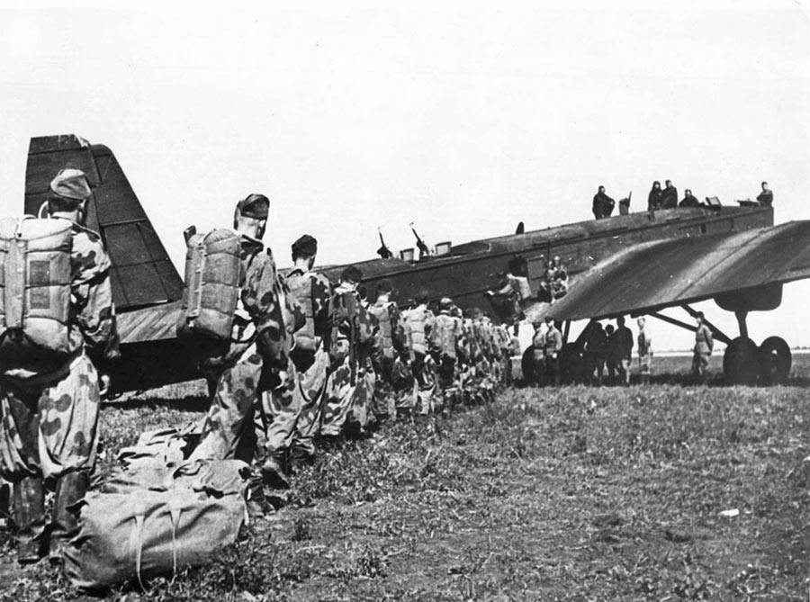 Советские парашютисты-десантники грузятся в бомбардировщик ТБ-3