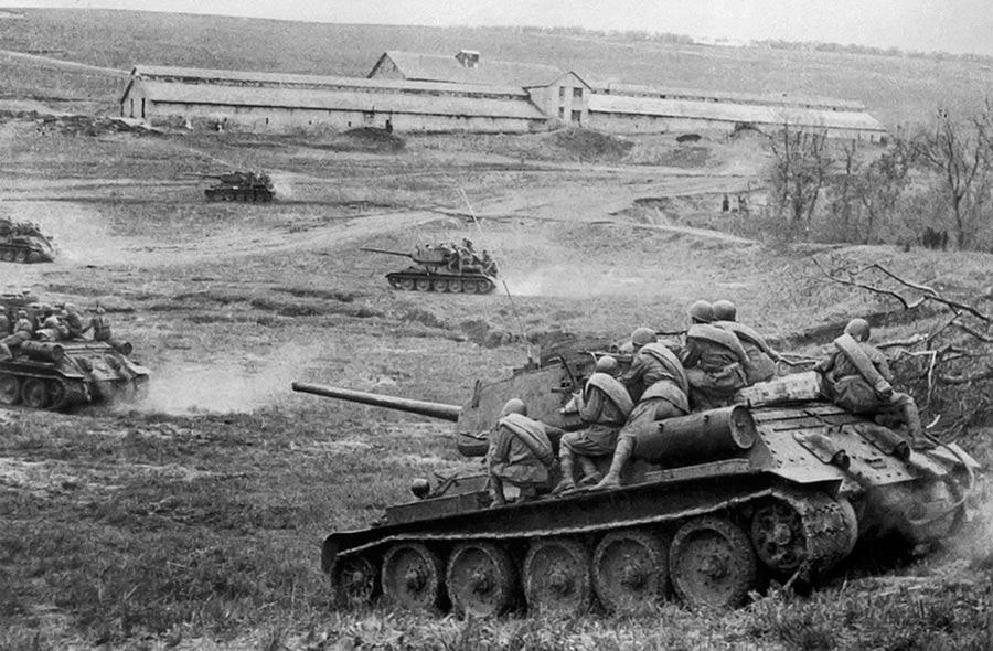 Советские танки Т-34-85 с десантом идут в бой за станцию Раздельная в районе Одессы.