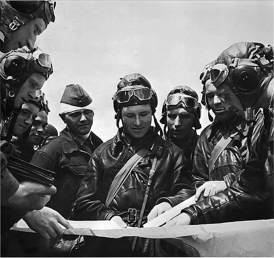 Апрель 1943, советские пилоты перед вылетом.