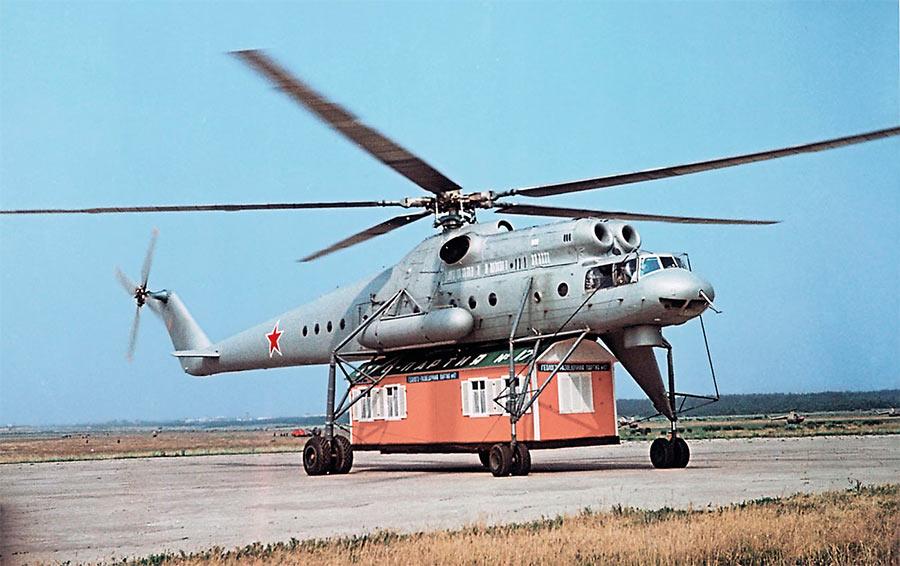 Вертолет Ми-10 с внешней грузовой платформой
