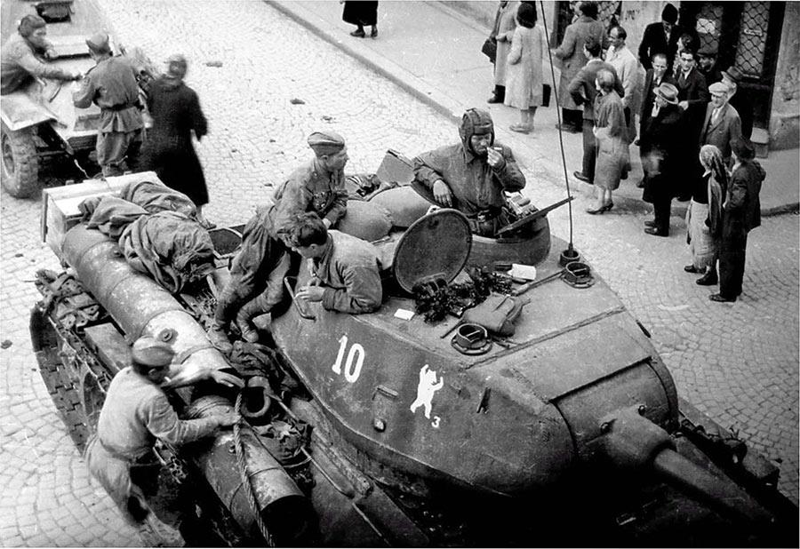 Средний танк Т-34 из 36-й гвардейской танковой бригады на улицах г.Белграда.