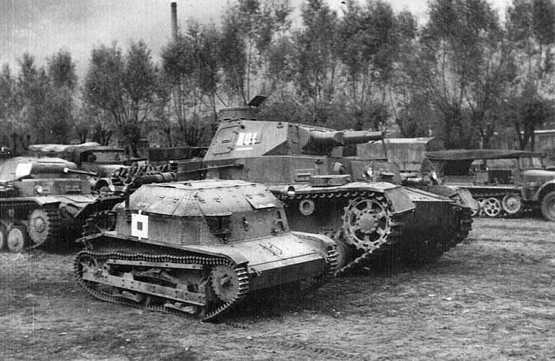 Танкетка TK-3 на фоне немецкого танка Pz III