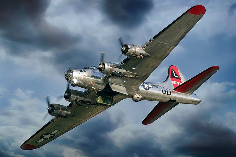 B-17 в воздухе, виден открытый бомболюк