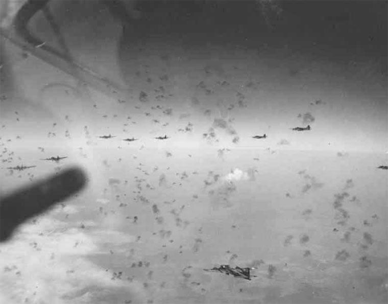 Впрочем, даже учитывая впечатляющее оборонительное вооружение, B-17 несли большие потери.