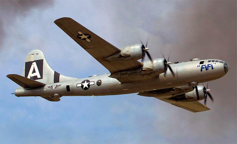 B-29 «Суперкрепость» - с этого ракурса сходство с B-17 явно выдает родственную связь двух бомбардировщиков
