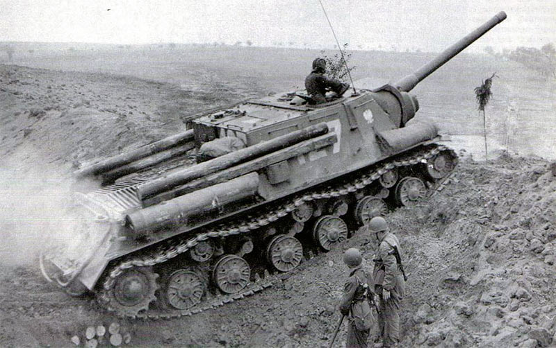 ИСУ-122, 1943 год. На корпусе закреплены импровизированные фашины