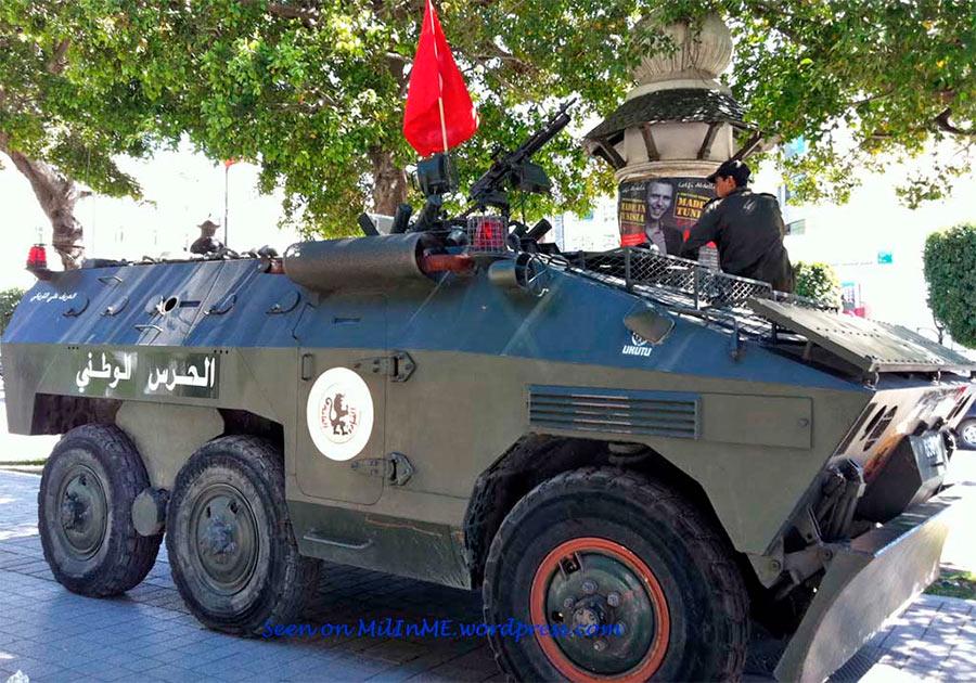 Полицеская версия EE-11 «Уруту», хорошо виден отвал для разбора баррикад