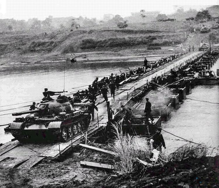Китайские войска переходят границу  с Вьетнамом