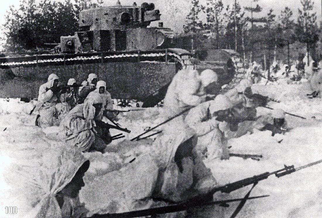 А это фото - постановочное. Хотя Т-35 принимали участие в параде 7 ноября 1941 г., в боях под Москвой, они не участвовали, и сразу после парада были отправлены в тыл.