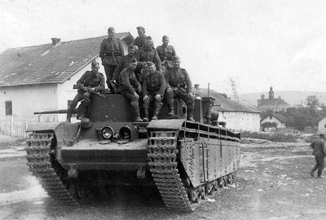 Т-35 оставленный экипажем в Бело-Каменке 30 июля 1941 из-за поломки двигателя.