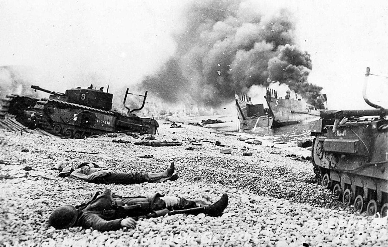 Подбитые канадские танки «Черчилль» и горящий британский десантный корабль на пляже Дьеппа. 19.08.1942 г.