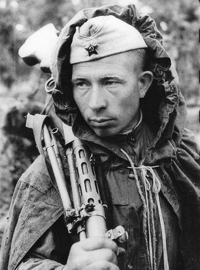 Пулеметчик гвардии рядовой Ефим Костин, награжденный орденом Красной Звезды. Ленинградский фронт, август 1944 год.