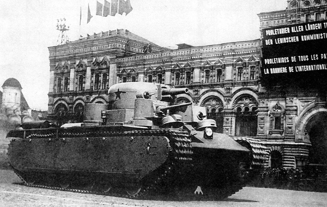 Первый прототип тяжелого танка Т-35, Т-35-1 на параде в Москве.