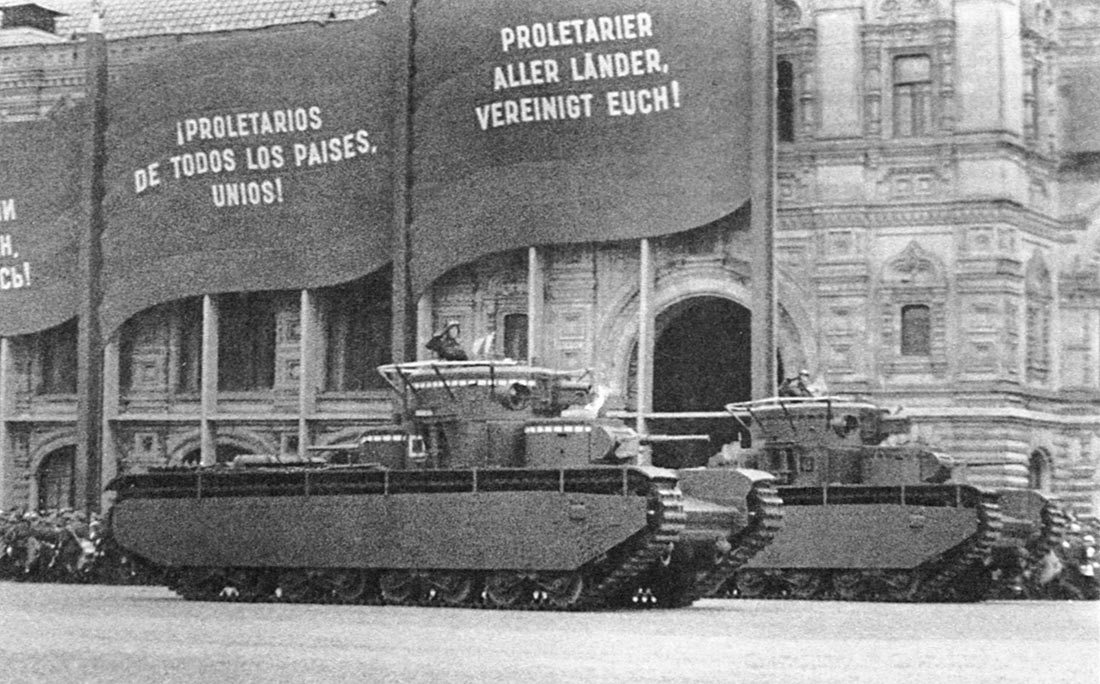 Танки Т-35 ранних выпусков проходят строем по Красной Площади