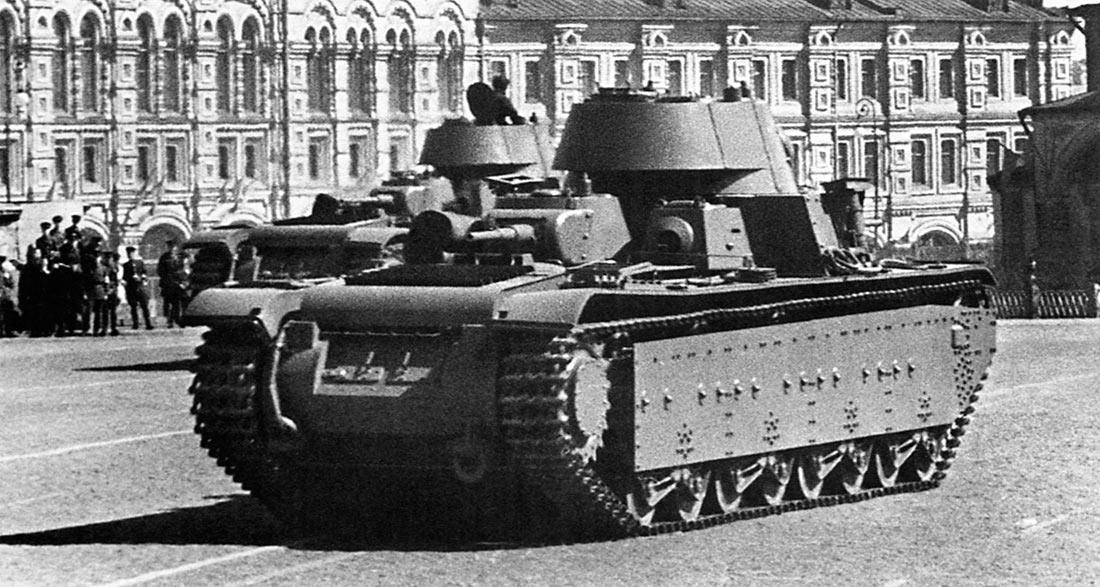Тяжелые танки Т-35 проходят по Красной Площади, 1 мая 1941 г.