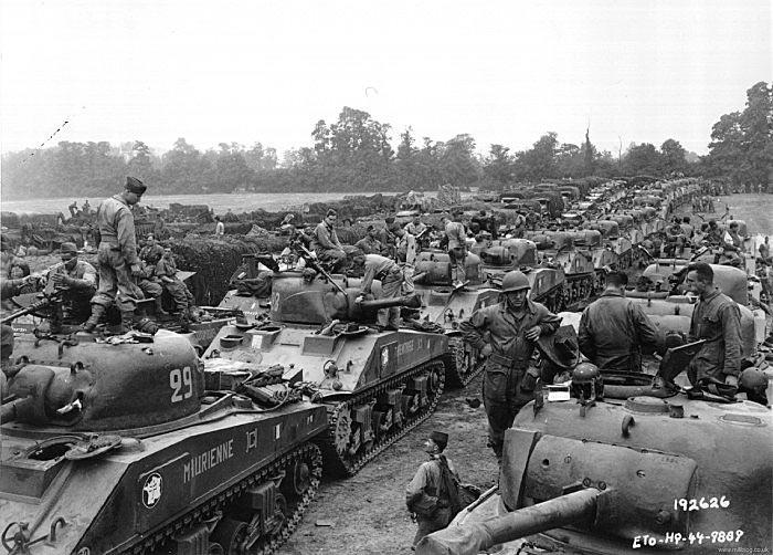 Вторая Французская бронетанковая дивизия генерала Леклерка вооруженная американскими М4 шерман во время высадке на пляже Юта, 1.08.44