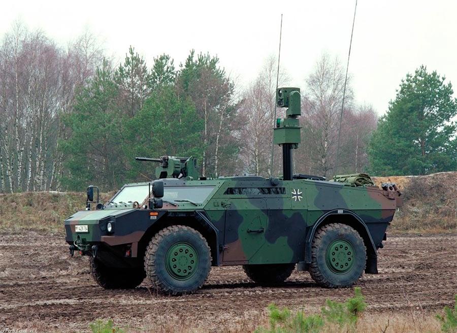 Бронеавтомобиль «Феннек» с выдвинутой мачтой оборудования для сбора данных