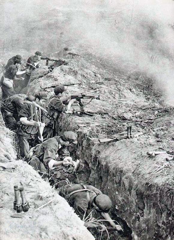 Китайские солдаты в окопе на передней линии