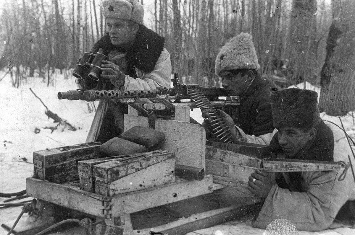 Расчет трофейного 7,92-мм пулемета MG-34 установленного на санях.