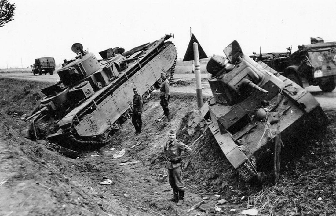 Брошенные тяжелый танк T-35 и легкий T-26 из 8-го механизированного корпуса. Район Дубно. Июль 1941.