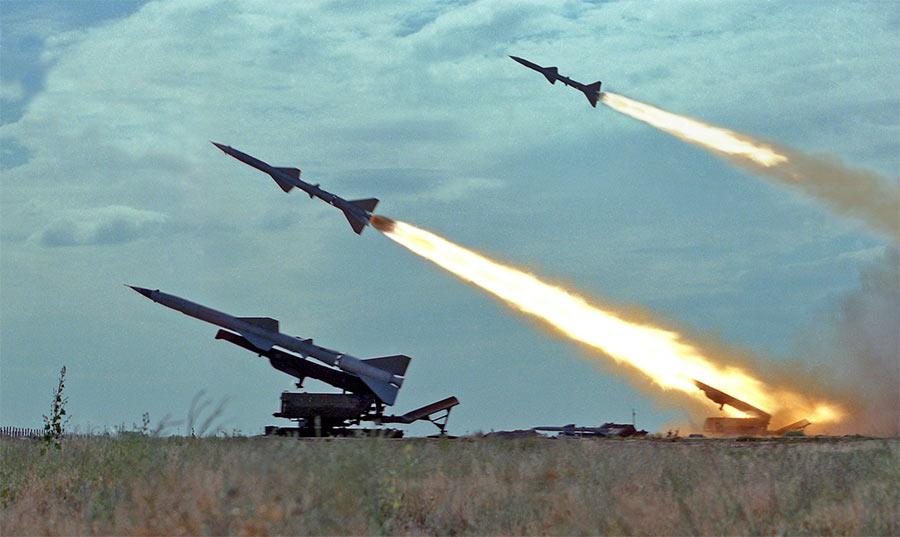 Залп ракет зенитного ракетного комплекса С-75