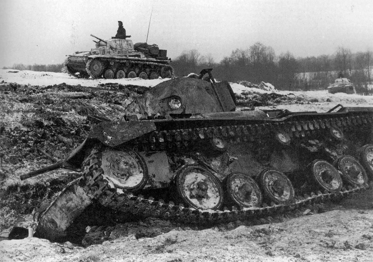 Немецкие танки Pz.II проезжают мимо подбитого в районе реки Истры советского танка «Валентайн» Mk.III. Это один из первых танков, полученных СССР по ленд-лизу из Великобритании.