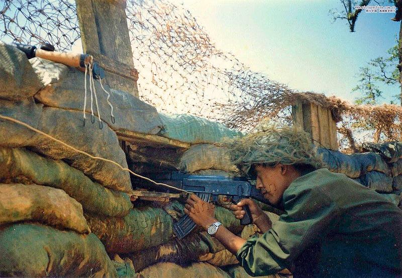 Вьетнамский солдат ведет огонь