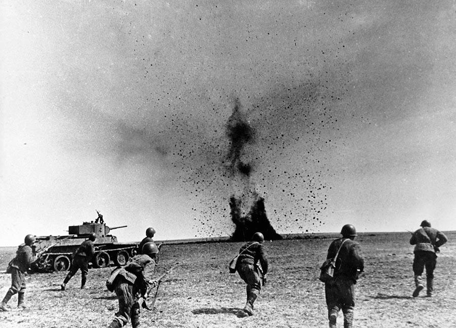 Атака советских солдат Юго-Западного фронта при поддержке танков БТ-7. Харьковская наступательная операция, май 1942 г.