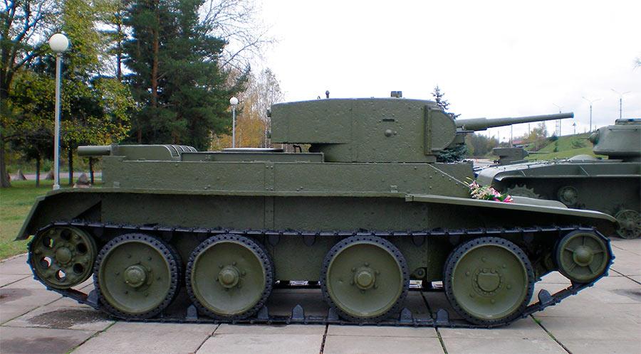 Легкий танк БТ-5 в профиль