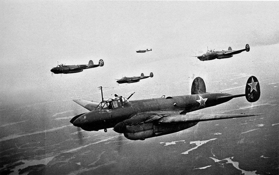Бомбардировщики Пе-2 летят на боевое задание в районе Карельского перешейка. 08 июня 1944 года.