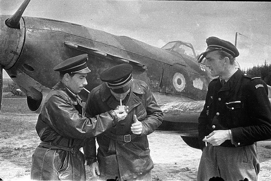 Французские летчики из эскадрильи «Нормандия», младший лейтенант Рисо, лейтенант Дервиов, и лейтенант Кастелен. Фотография сделана 17 июня 1943 года.