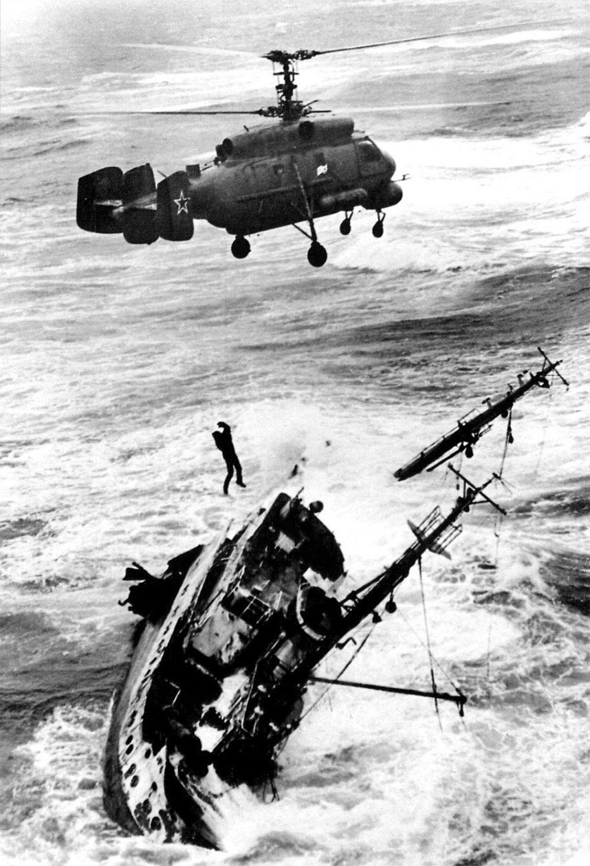 Вертолет Ка-25 задействованный в спасательной операции на море