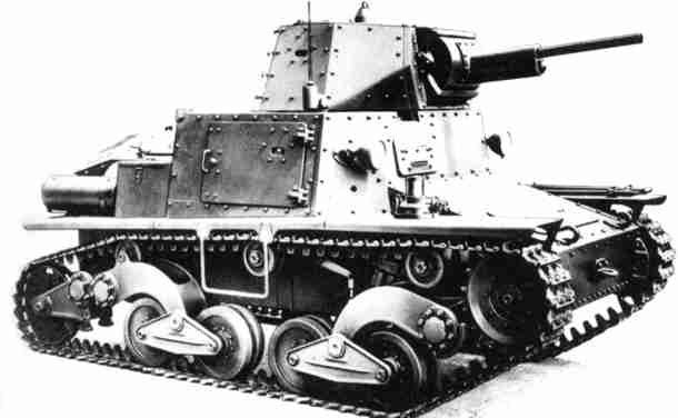 Итальянский легкий танк L6/40, хорошо видна дверца экипажа на корпусе