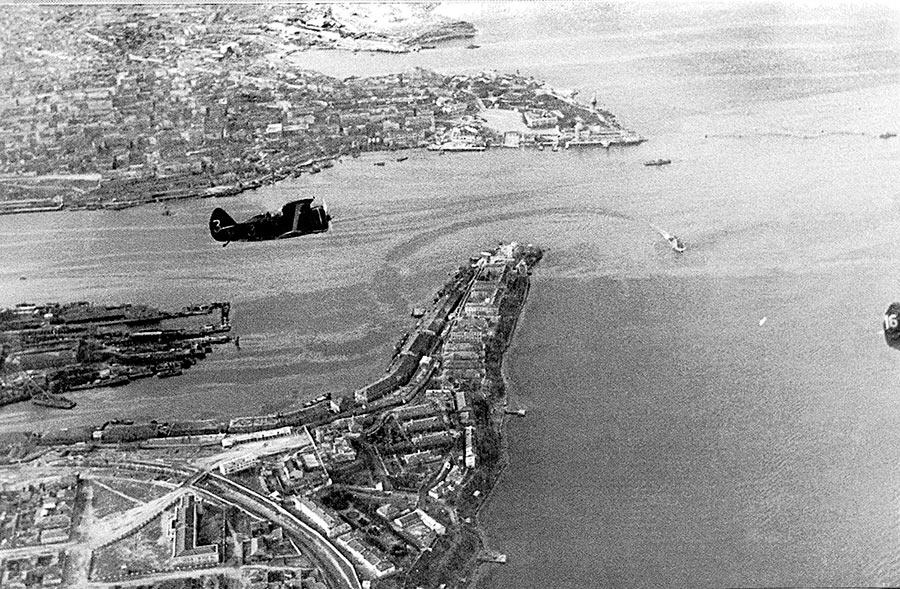 Советские истребители И-153 «Чайка» над Севастополем