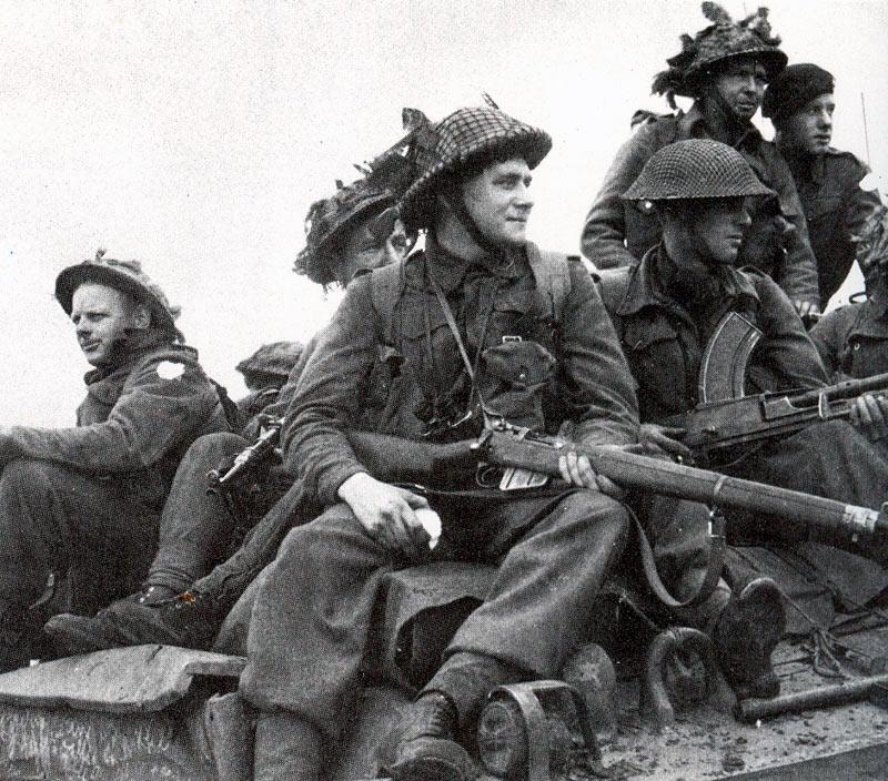 Английские солдаты с винтовками «Ли-Энфилд»