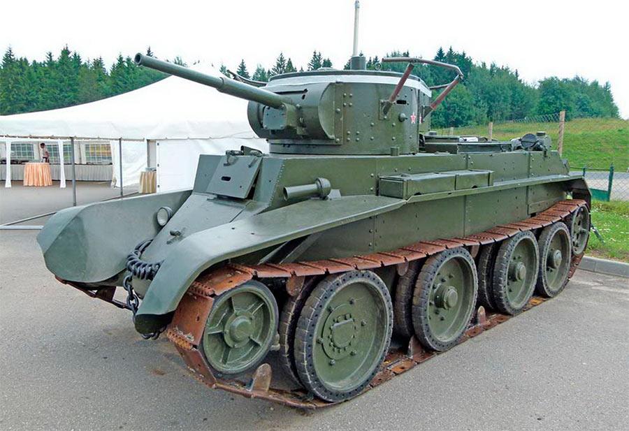 Советский танк БТ-7: на колесах также, как на гусеницах