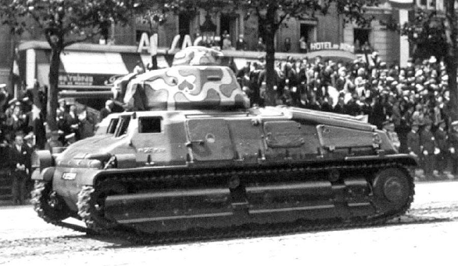 Кавалерийский танк SOMUA S-35 на параде в Париже, 1937 г.