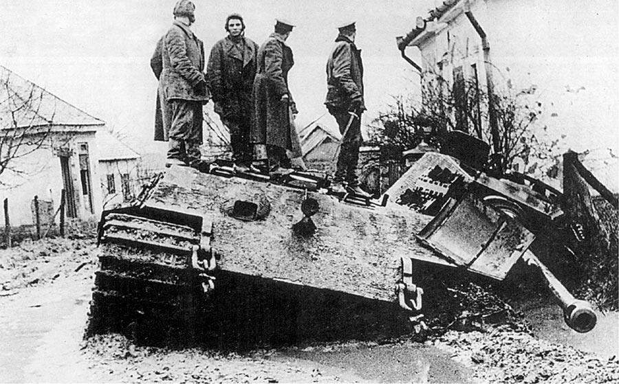 Советские офицеры осматривают разбитый тяжелый танк «Королевский тигр», Венгрия, март 1945 г.
