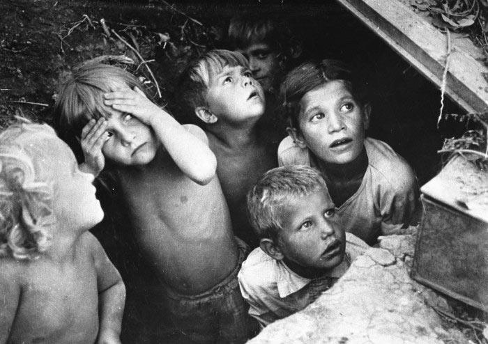 Дети прячутся от бомбардировки. Сталинград, 1942 г, фото Конов Л. И.